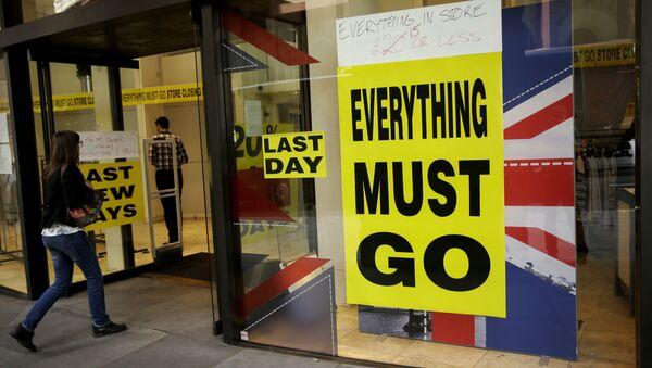 Izlog prodavnice na kojoj piše sve mora da ode pored zastave Velike Britanije u Londonu - Sputnik Srbija