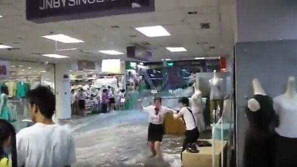 Poplave u kineskom tržnom centru - Sputnik Srbija
