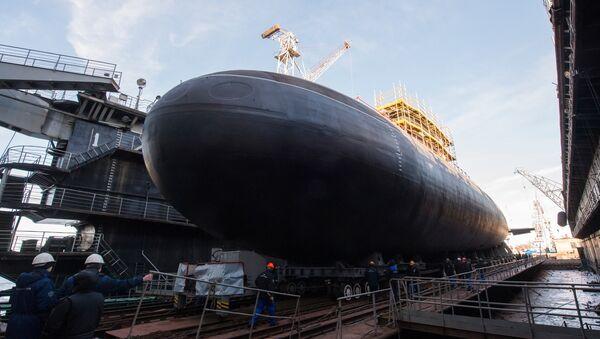 Понирање подморнице Велики Новгород у Адмиралтејском бродоградилишту у Санкт Петербургу - Sputnik Србија