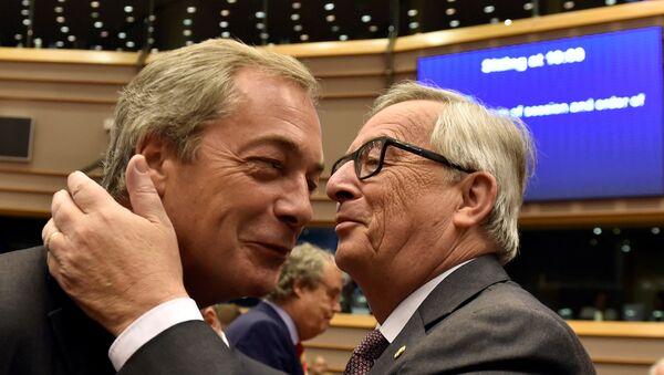 Lider UKIP-a Najdžel Faraž i predsednik Evropske komisije Žan-Klod Junker - Sputnik Srbija