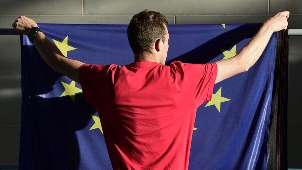 Човек качи заставу ЕУ - Sputnik Србија