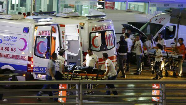 Hitna pomoć pomaže ranjenima u terorističkom napadu na aerodromu Ataturk u Istanbulu, 28. jun 2016. - Sputnik Srbija