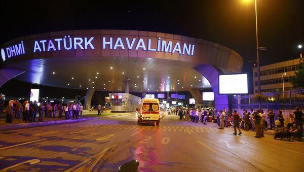 Возила хитне помоћи стижу на највећи турски аеродром Ататурк у Истанбулу, након експлозија које су се догодиле 28. јуна 2016. - Sputnik Србија
