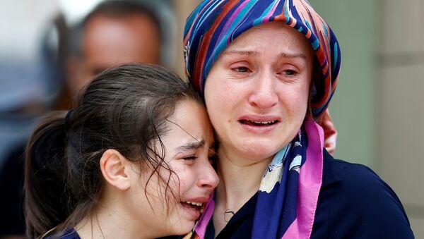 Rođaci jedne od žrtava jučerašnje eksplozije na aerodromu Ataturk - Sputnik Srbija