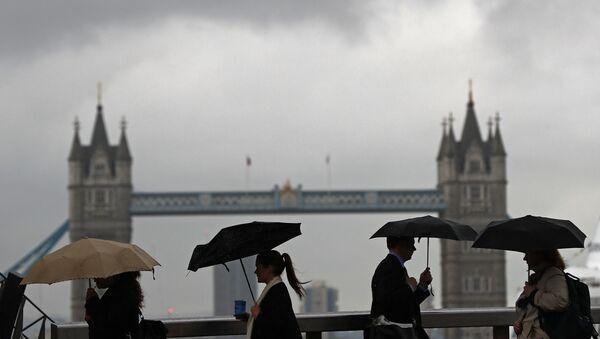 Stanovnici Londona prelaze Londonski most ispred Tauera u centru Londona. - Sputnik Srbija