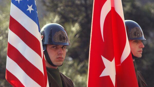 Američki i Turski vojnici sa zastavma svojih država - Sputnik Srbija