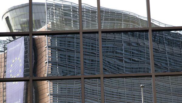 Odraz sedišta EU ogleda se u zgradi Saveta EU u Briselu - Sputnik Srbija