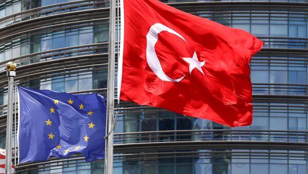 Заставе Турске и ЕУ испред седишта ЕУ у Бриселу - Sputnik Србија