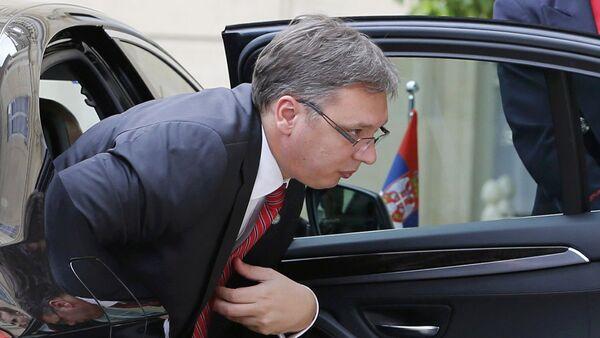 Aleksandar Vučić izlazi iz kola - Sputnik Srbija