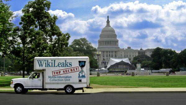 Комби са рекламом Викиликса испред Беле куће у Вашингтону. - Sputnik Србија