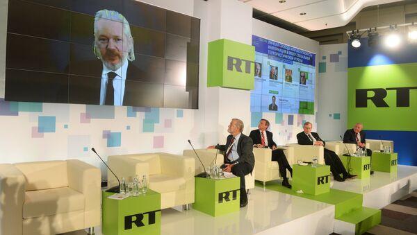 Џулијан Асанж се обраћа преко видео-линка гледаоцима РТ-а. - Sputnik Србија