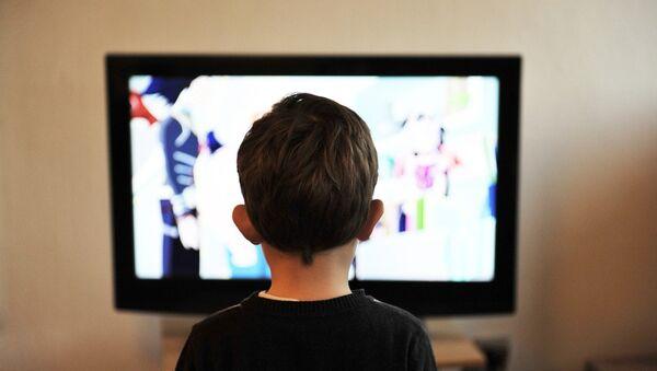 Дете гледа телевизор - Sputnik Србија