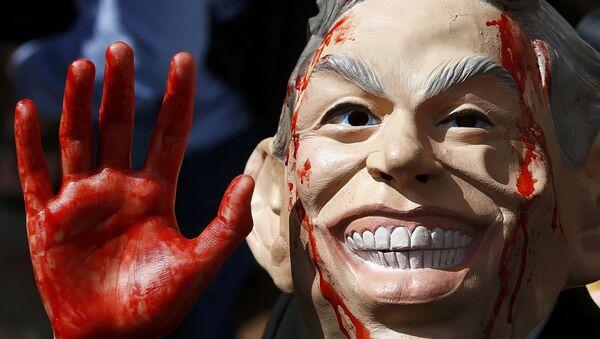 Демонстрант носи маску бившег британског премијера Тонија Блера на протесту у Лондону поводом објављивања извештаја о Ираку. - Sputnik Србија