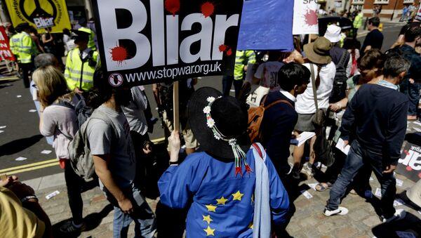 Демонстранти током протеста у Лондону. Британија је ушла у рат у Ираку пре него што су исцрпљене све опције за мирно разоружавање, изјавио је данас пензионисани британски званичник Џон Чилкот, представљајући свој извештај о улози Велике Британије у ирачком рату. - Sputnik Србија