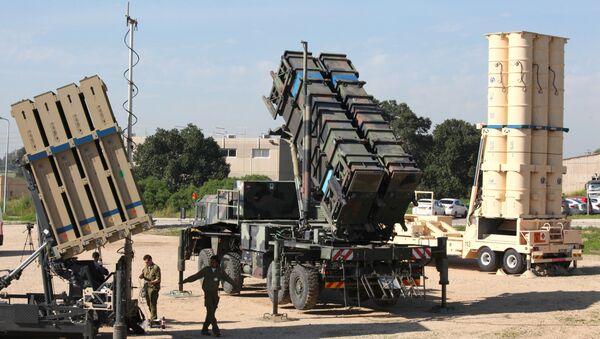 Израелски војници стоје поред израелског одбрамбеног система, система земља-ваздух, система Патриот и антибалистичке ракете Стрела 3 на војној вежби у израелској ваздушној бази Хацор. - Sputnik Србија