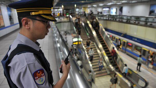 Policajac u stanici metroa u Tajpeju na Tajvanu. - Sputnik Srbija