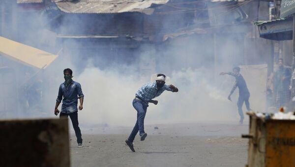 Кашмирски муслимани бацају каменице на индијске војнике у Сринагару. Индијске снаге безбедности сукобили су се са демонстрантима у неким деловима Кашмира. - Sputnik Србија