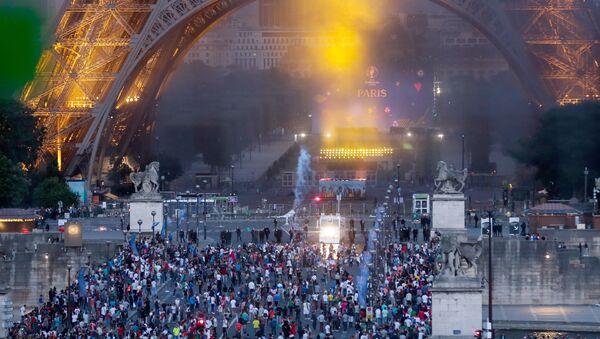 Mladi navijači u sukobu sa interventnom policijom ispod Ajfelove kule u Parizu. - Sputnik Srbija