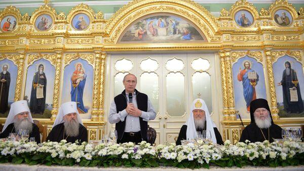Predsednik Vladimir Putin u Valaamskom manastriru drži zdravicu - Sputnik Srbija
