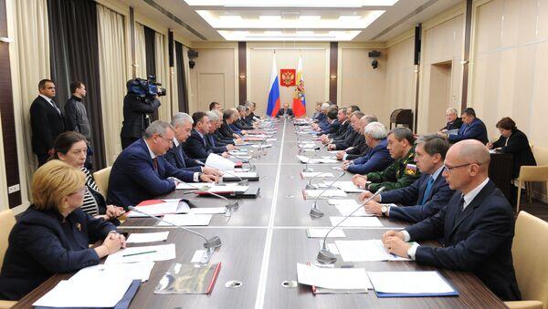 Predsednik Rusije Vladimir Putin predsedava sednicom Saveta bezbednosti Rusije. - Sputnik Srbija