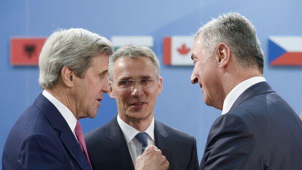 Црногорски премијер Мило Ђукановић, десно, разговара са САД државним секретаром Џоном Керијем, лево, и генерални секретар НАТО Јенс Столтенберг - Sputnik Србија