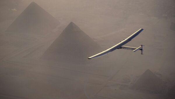 Avion na solarne ćelije Solarni impuls 2, kojim pilotira Švajcarac Andre Boršberg, preleće iznad Velikih piramida u Gizi. - Sputnik Srbija