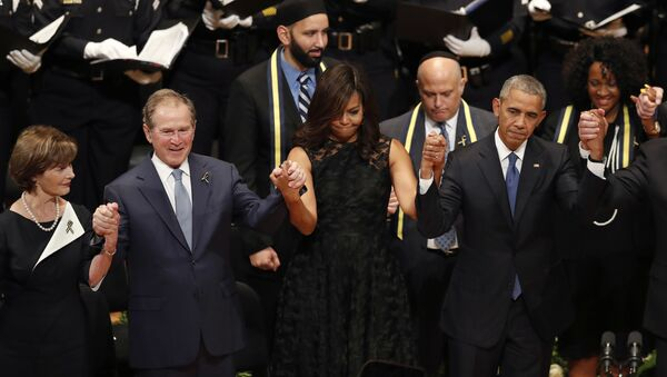 From left, former first lady Laura Bush, former President George W. Bush, first lady Michelle Obama and President Barack Obama join hands during a memorial service at the Morton H. Meyerson Symphony Center with the families of the fallen police officers, Tuesday, July 12, 2016, in Dallas - Sputnik Србија