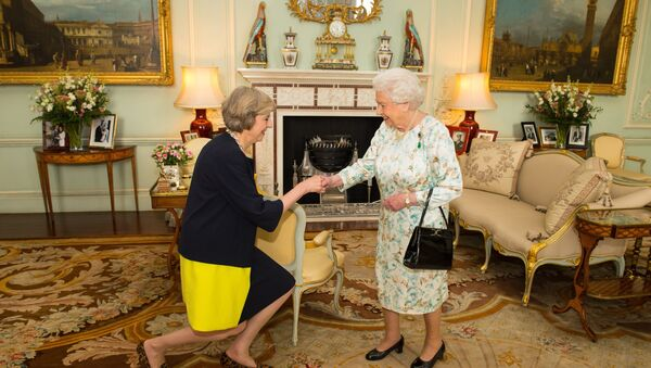 Queen Elizabeth II welcomes Theresa May, left, at the start of an audience in Buckingham Palace, London, where she invited the former Home Secretary to become Prime Minister and form a new government, Wednesday July 13, 2016 - Sputnik Србија