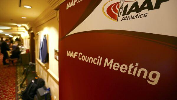 Новинари пролазе поред логоа Међународне атлетске федерације (ИААФ) у Бечу. - Sputnik Србија