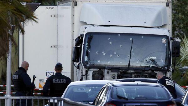 Камион којим је нападач улетео у масу у Ници на прослави Дана пада Бастиље - Sputnik Србија