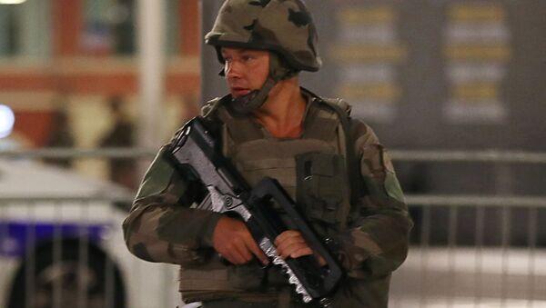 Француски војник у близини локације терористичког напада у Ници - Sputnik Србија
