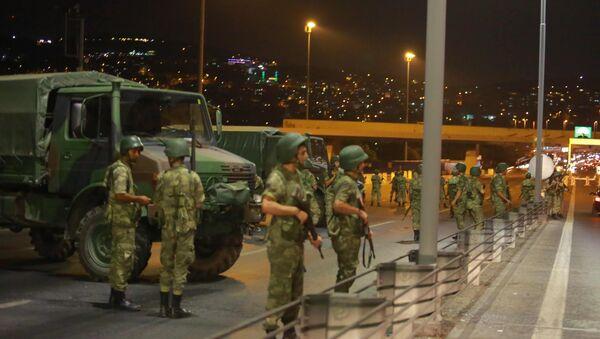 Турска војска на Босфорском мосту у Истанбулу 15. јул 2016. - Sputnik Србија