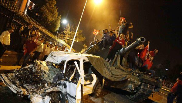 Народ у Анкари на тенку поред уништеног аутомобила, Турска - Sputnik Србија