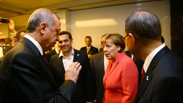 Turkish President Tayyip Erdogan (L) chats with German Chancellor Angela Merkel (2nd R), U.N. Secretary-General Ban Ki-moon (R) and Greek Prime Minister Alexis Tsipras (2nd L) during the World Humanitarian Summit in Istanbul, Turkey, May 23, 2016 - Sputnik Србија