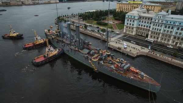 Dovlačenje krstarice Aurora do mesta stalnog usidrenja u Sankt Peterburgu - Sputnik Srbija