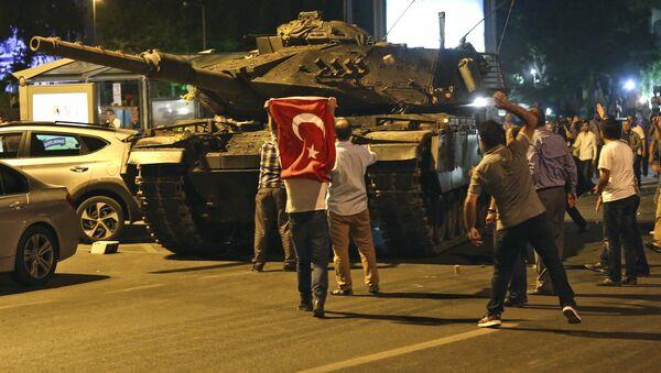 Ljudi pokušavaju da spreče prolazak tenka tokom pokušaja prevrata u Ankari. - Sputnik Srbija