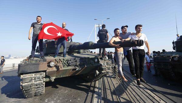 Erdoganove pristalice na vojnim oklopnim vozilima na Bosforskom mostu u Istanbulu nakon pokušaja državnog udara u Turskoj, 16. jul 2016. - Sputnik Srbija