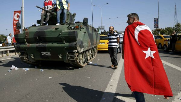 Ердоганове присталице на војним оклопним возилима у Истанбулу након покушаја државног удара у Турској, 16. јул 2016. - Sputnik Србија
