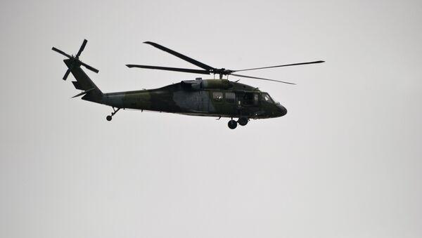 Хеликоптер Блек хок надлеће место где су герилци Револуционих војних снага Колумибије извршили напад. - Sputnik Србија