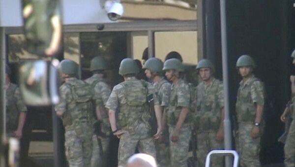Турски војници испред зграде државне телевизије ТРТ чекају да се предају полицији након неуспешног покушаја државног удара у Турској - Sputnik Србија