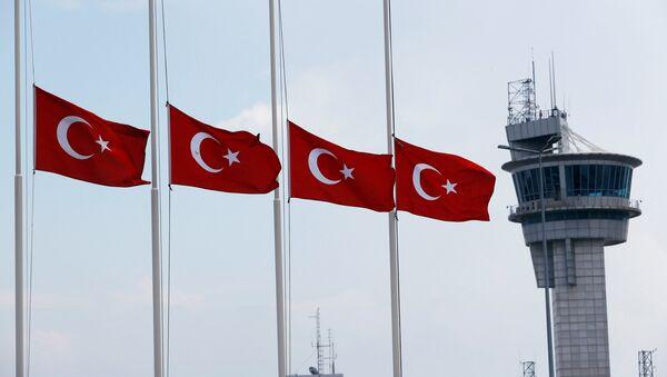 Турске заставе на пола копља на аеродрому Ататурк у Истанбулу - Sputnik Србија