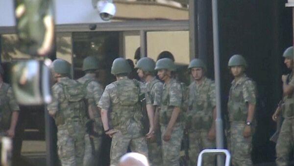 Turski vojnici koji su učestvovali u pokušaju vojnog puča predaju se u Istanbulu. - Sputnik Srbija