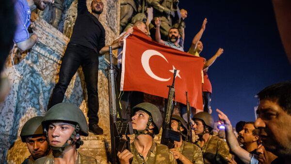 Наоружани турски војници на Тргу Таксим у Истанбулу док народ протестује против војног удара у Турској, 16. јул 2016. - Sputnik Србија