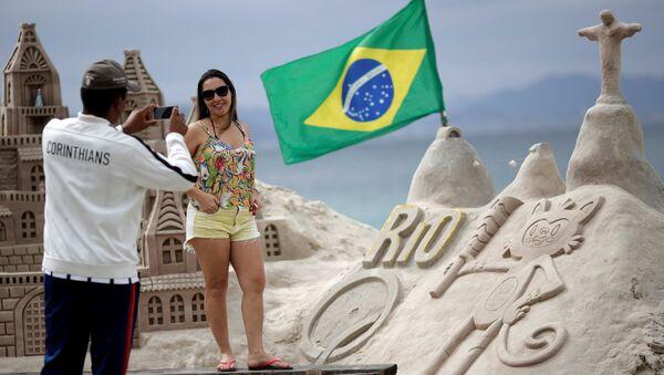 Жена позира испред маскоте Олимпијских игара у Рију Винициус. - Sputnik Србија