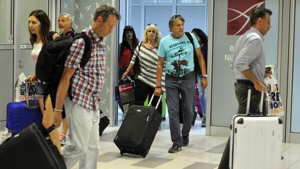 Путници који су се вратили из Турске на аеродрому Никола Тесла у Београду. - Sputnik Србија
