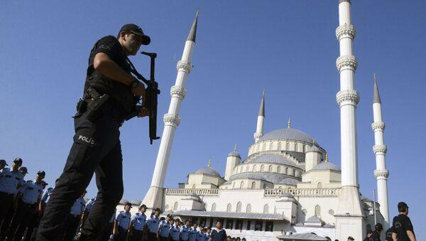 Turski policajci dežuraju tokom sahrane žrtvama neuspelog državnog udara ispred džamije u Ankari - Sputnik Srbija