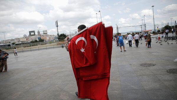 Човек са заставама Турске - Sputnik Србија