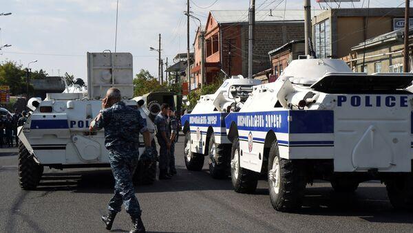 Policija blokira ulicu nakon što je grupa naoružanih ljudi zauzela policijsku stanicu i nekoliko talaca u Jerevanu u Jermeniji. - Sputnik Srbija