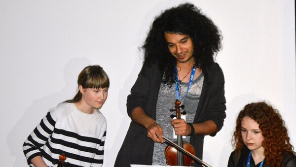Zadovoljstvo mi je da im pomognem deci da nauče kako da stoje iza onoga što žele da sviraju, kaže Nemanja Radulović. - Sputnik Srbija