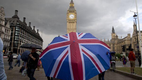 Кишобран у бојама британске заставе испред Биг Бена - Sputnik Србија